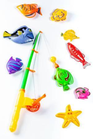 Ein Spielzeug-Set zum Angeln mit einer Angelrute und Fisch