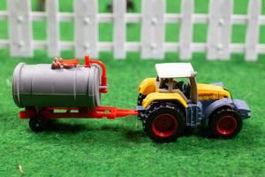 Ein Spielzeug Traktor mit Kesselwagen