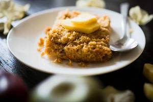 Ein Stück Apfel-Streusel Kuchen auf einem Teller