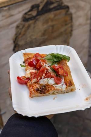 Ein Stück frische italienische Pizza auf dem Markt in Rom