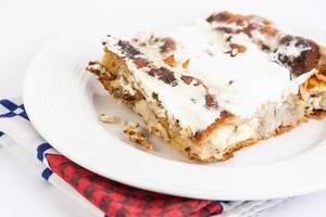 Ein Stück Käsekuchen auf einem weißen Teller serviert
