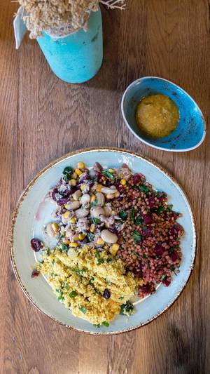 Ein Teller voll veganer Gesundheit - Couscous mit Linsen und roter Beete und Salat aus weißem Bohnen mit Mais und Thunfisch