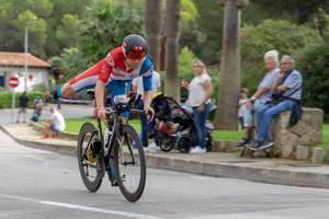 Ein Triathlet schwingt sich auf einem Bein auf das Fahrrad