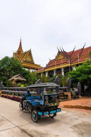 Ein Tuk Tuk vor dem Preah Prom Rath Tempel in Siem Reap