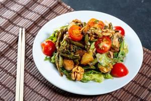 Ein vegetarischer Salat mit gegrillten Pilzen und Walnüssen