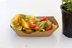 Ein vegetarischer Snack in Pappschale