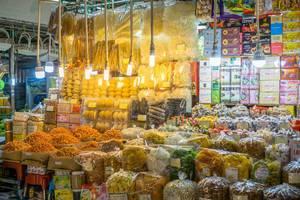 Ein Verkäufer am Ben Thanh Markt in Saigon bietet verschiedene Naschereien an