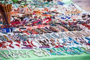 Ein Verkaufstand bietet Ketten und Armbänder an