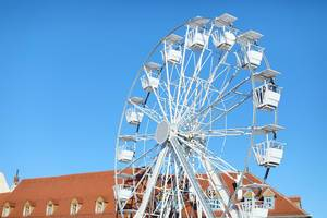 Ein weißes Riesenrad an einem sonnigen Tag
