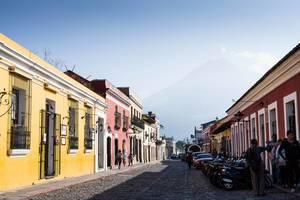 Eine bei Touristen beliebte Straße in Antigua, Guatemala