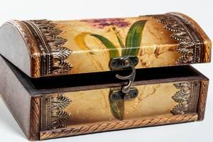 Eine braune Retro-Schmuckschatulle mit kunstvollen Beschlägen