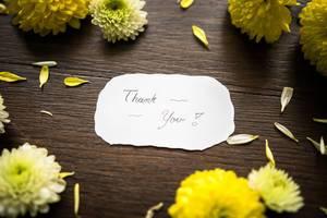 Eine Dank-Notiz zwischen Blumen