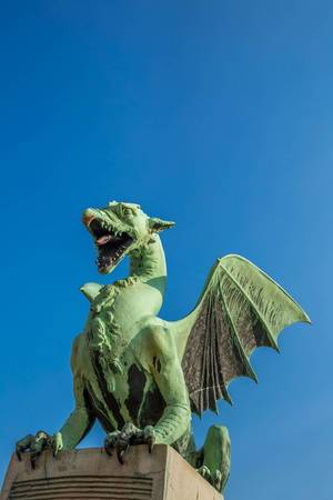 Eine Drachenstatue auf einer Brücke. Das Symbol von Ljubljana, Slovenien