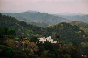 Eine einsame, zerfallene und verlassene Villa, versteckt in den Bergen