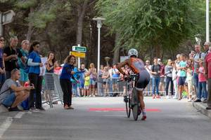 Eine Frau gibt das Startsignal für einen Radfahrer bei einem Triathlon