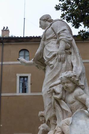 Eine Frauen und eine Kinder Statue am Palazzo di Venezia in Rom