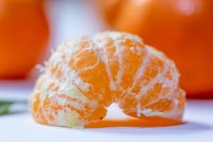 Eine frische geschälte Mandarine in der Nahaufnahme