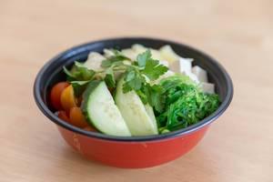 Eine gesunde vegetarische Mahlzeit - Veggie Bowl mit Tofu, Ananas, Gurken und Tomaten