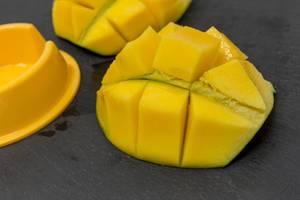 Eine gewürfelte Mangohälfte