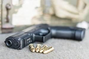 Eine Glock Pistole mit Patronen