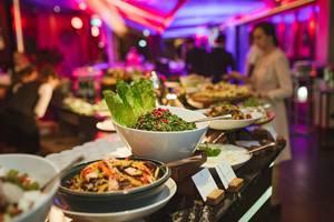 Eine große Auswahl am Buffet mit Salat im Hotel