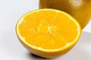 Eine halbe frische Orange in Nahaufnahme