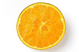 Eine halbe Orange vor weißem Hintergrund in obene Aufnahme