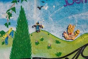 Eine Kinderlmalerei als Graffiti an einer Wand