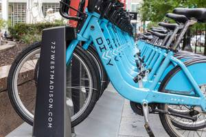 Eine komplette Reihe von blauen Divvy Leihfahrrädern bei einer von den vielen Bikesharing-Stationen in Downtown Chicago