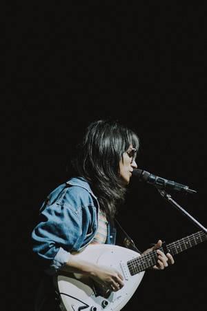 Eine Künstlerin performed auf der Bühne des Daydream Festivals 2018 in Bacolod City