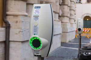 Eine Ladestation für E-Autos in Rom