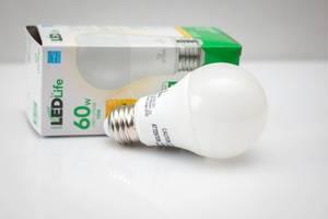 Eine LED Glühbirne mit Verpackung auf weißem Hintergrund