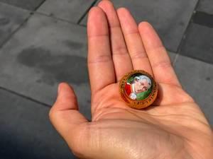 Eine Mozartkugel auf der Handfläche