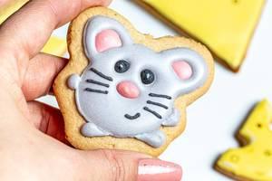 Eine Person hält ein Lebkuchenstück in Form einer Maus Nahaufnahme