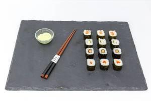 Eine Platte Sushi mit Essstäbchen und Sushi