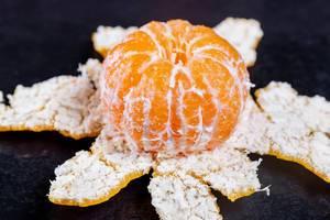 Eine reife große geschälte Mandarine