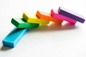 Eine Reihe regenbogenfarbener Radiergummis