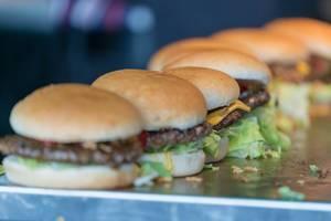 Eine Reihe von Burgern