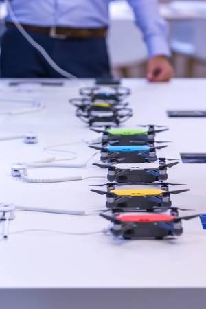 Eine Reihe von DJI Spark Drohnen in verschiedenen Farben