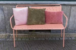 Eine rosafarbene Bank aus Metall mit Velourkissen in Venlo