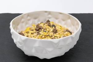 Eine Schale mit Layenberger Low Carb Protein Keks-Müsli in der Variation Schoko Crunchy