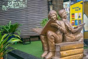 Eine Statue zweier Menschen mit offenen Büchern in der Buchstraße in Saigon