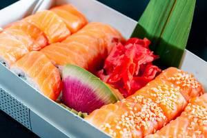 Eine Sushi-Box mit Ingwer und Wasabi