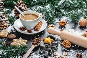 Eine Tasse Weihnachtskaffee