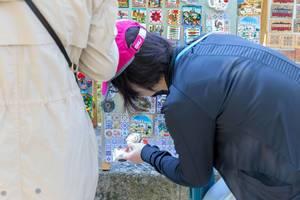Eine Touristin stöbert durch die Souvenirs in Lissabon