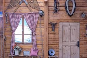 Eine Wand einer Holzhütte in traditionell bayrischem Stil