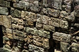 Eine Wand mit Maya-Figuren