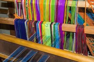 Eine Webmaschine webt Honduras typische Schale