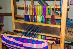 Eine Webmaschine webt traditionelle Kleidung in Honduras