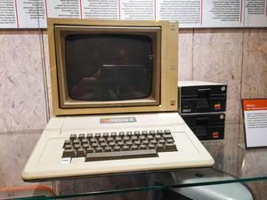 Einer der ersten Apple PC`s aus den 80er Jahren, der Apple II Series Computer, im Technikmuseum Brünn, Tschechien